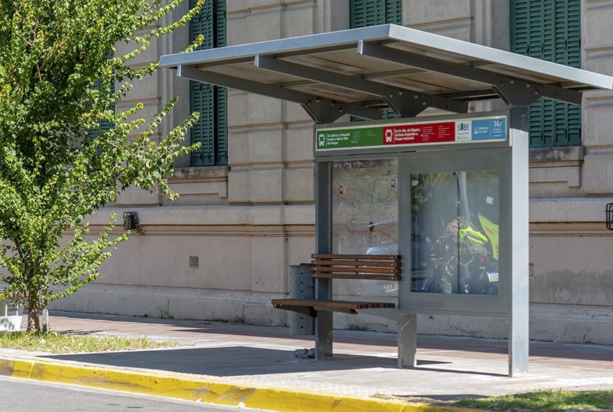 En la imagen se observa la foto de un refugio donde para el transporte publico urbano