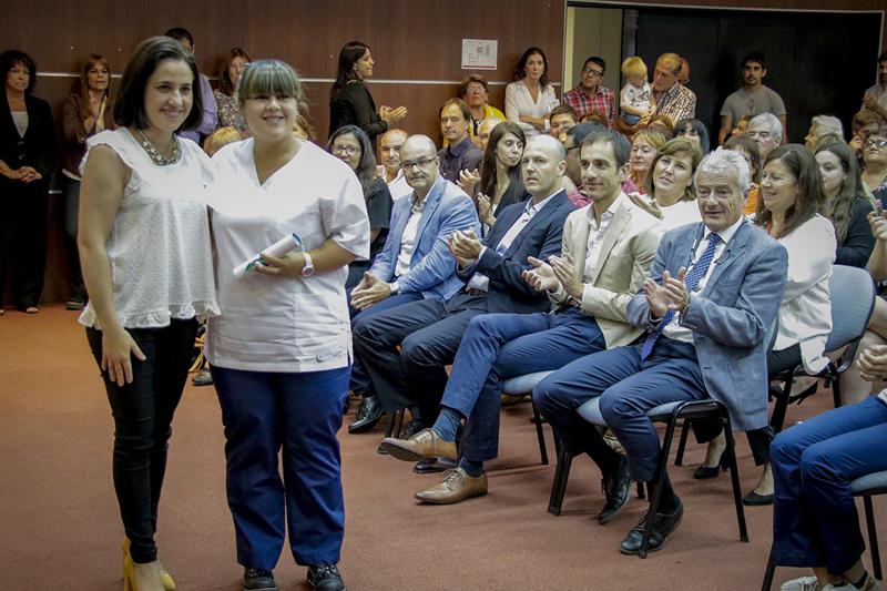 En la imagen se observa al Intendente Pablo Petrecca, junto al director de Clínica La Pequeña Familia, Norberto Petreglia, encabezando el acto de entrega de diplomas a 32 nuevas enfermeras.