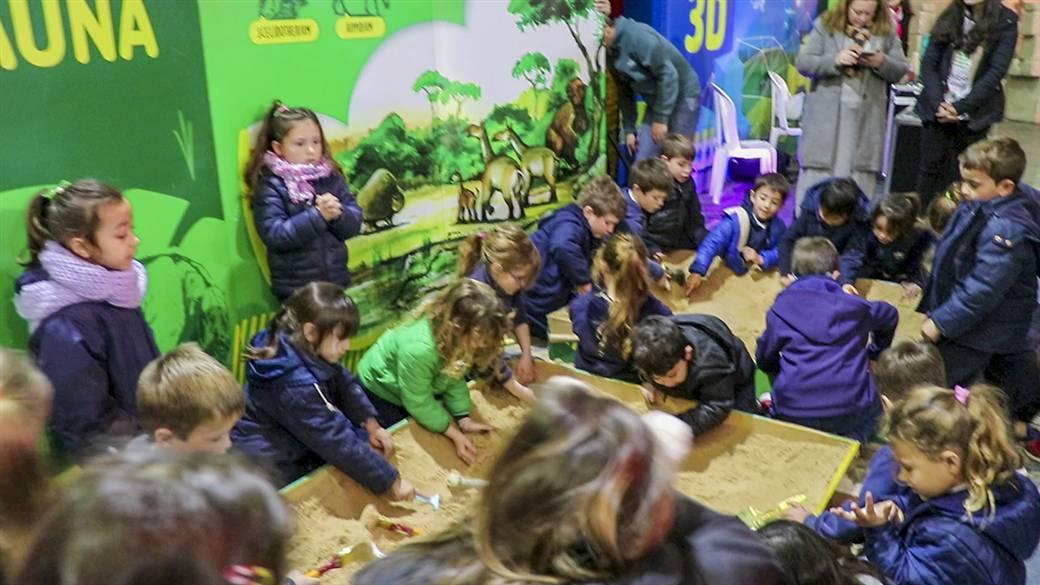 En la imagen se observa a alumnos de los jardines que este jueves visitaron la feria Estación Ciencia Ficción