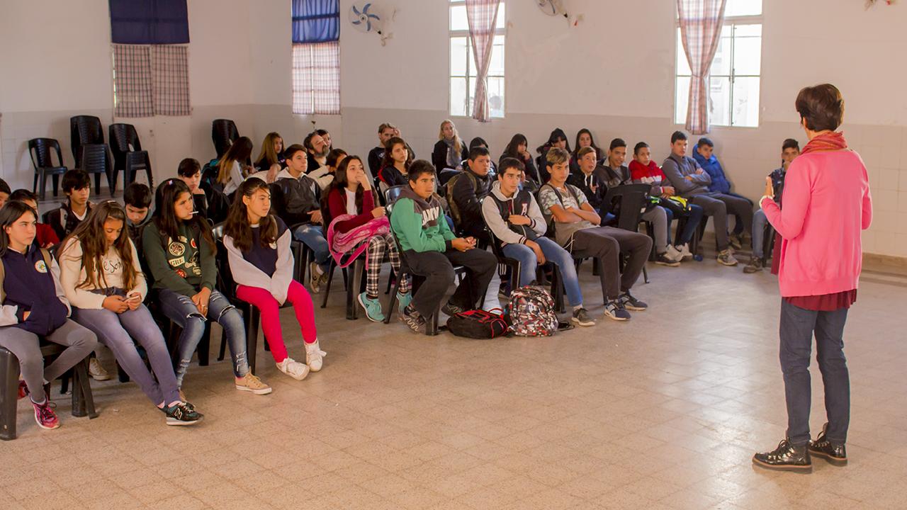 En la imagen se observa un aspecto de la charla llevada a cabo en dicha institución.