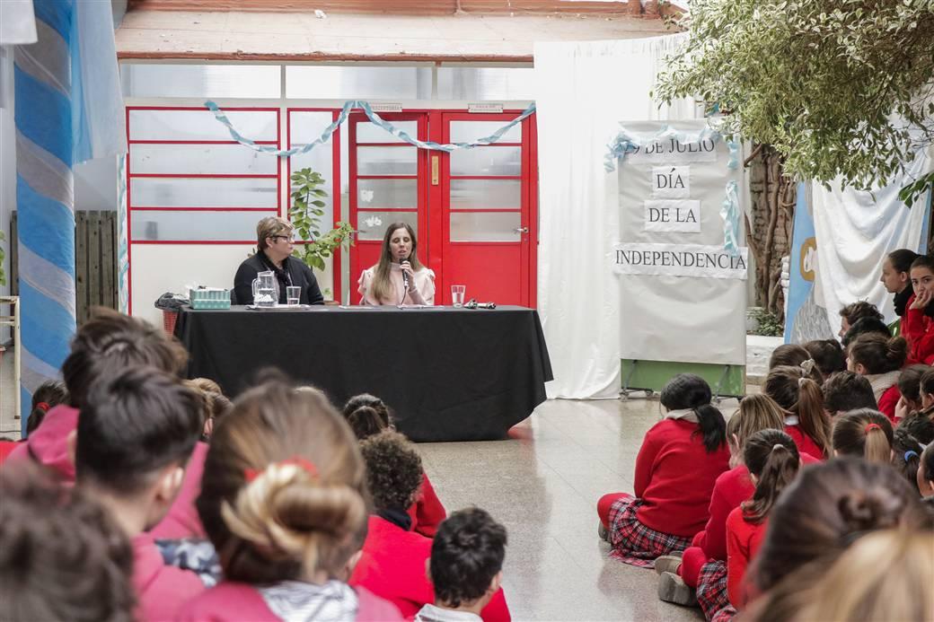 En la imagen se observa a la Dra. Karina Sánchez, a cargo de la dirección para personas con discapacidad del municipio brindando la charla a los alumnos del colegio.