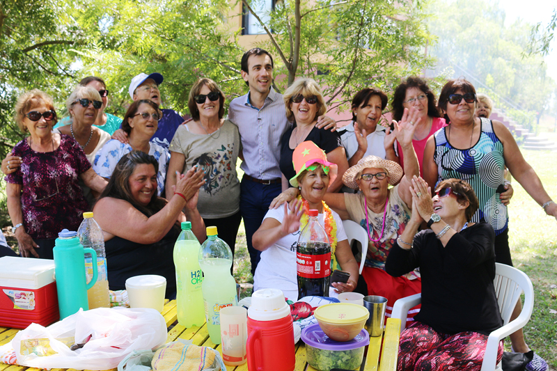 En la imagen se observa al Intendente Pablo Petrecca con un grupo de participantes de la colonia para adultos mayores posando para una foto grupal.