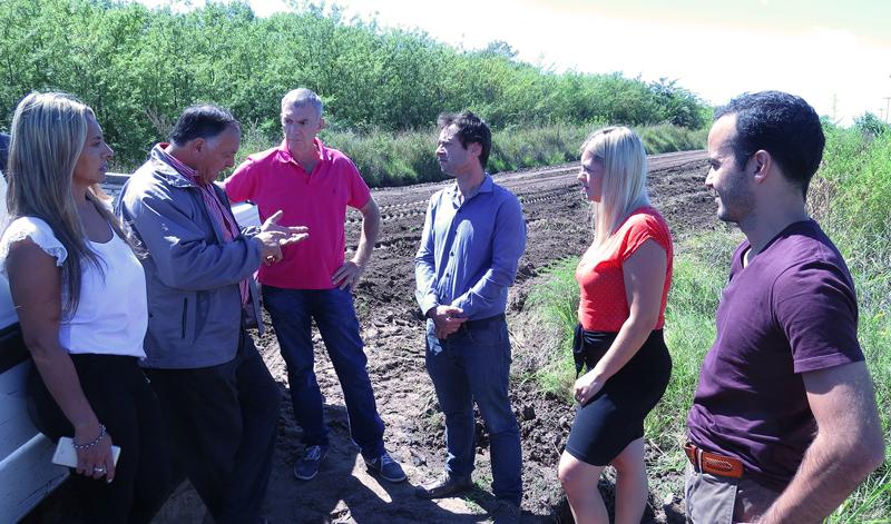 En la imagen se observa a los concejales del bloque Cambiemos dialogando con Néstor Traverso sobre los trabajos que el municipio realiza en los caminos rurales del Partido.
