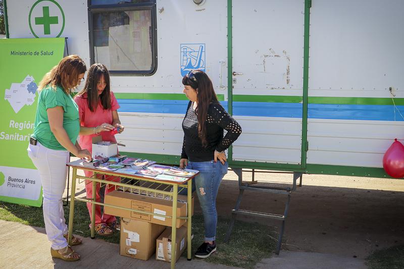 En la imagen se observa a integrantes de la secretaría de salud del municipio y de Región Sanitaria III llevando adelante la campaña de concientización en el barrio Alte. Brown.