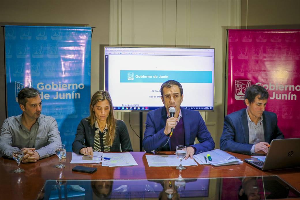 En la imagen se observa al Intendente Pablo Petrecca junto a los funcionarios Agustina De Miguel y Ariel Díaz, más, el presidente del Concejo Deliberante, Gabriel D´Andrea.