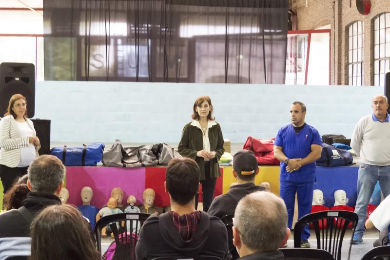 En la imagen se observa a la Dra. Fabiana Mosca, secretaria de salud del municipio, hablándoles a los vecinos que realizaron el curso de instructores en RCP y primeros auxilios.