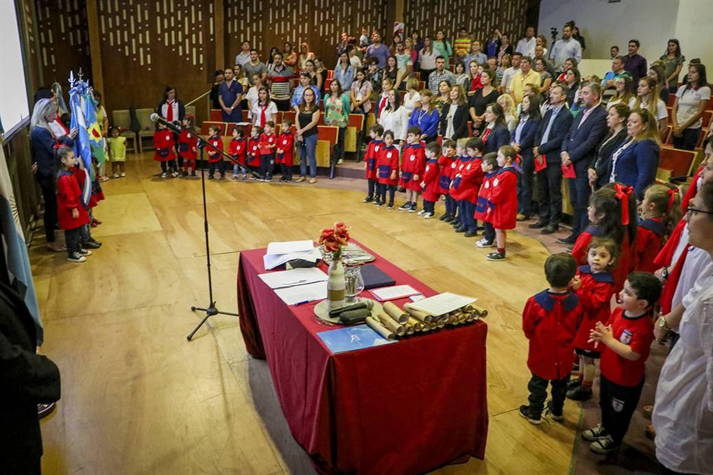 En la imagen, se observa un aspecto de la celebración llevada a cabo en el salón Ricardo Alfonsín de la UNNOBA, con presencia de autoridades universitarias, educativas y del municipio.