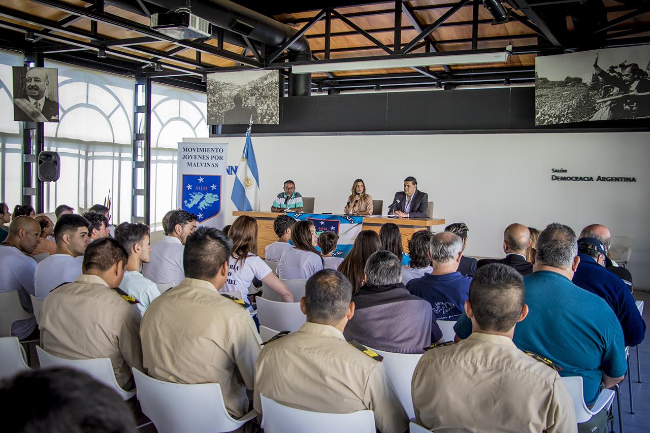 En la imagen se observa a la Dra. Agustina de Miguel, secretaria de gobierno del municipio, inaugurando el 4 encuentro nacional de Jóvenes por Malvinas, en el salón de la democracia de la UNNOBA.