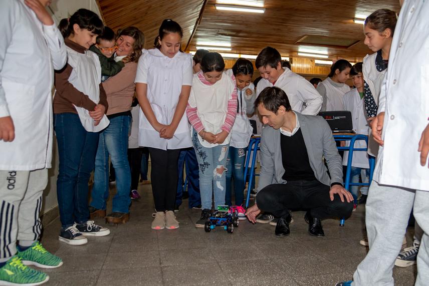 En la imagen se observa al Intendente Pablo Petrecca, junto a un grupo de estudiantes utilizando uno de los elementos que los chicos crean en el marco del plan de robótica educativa.