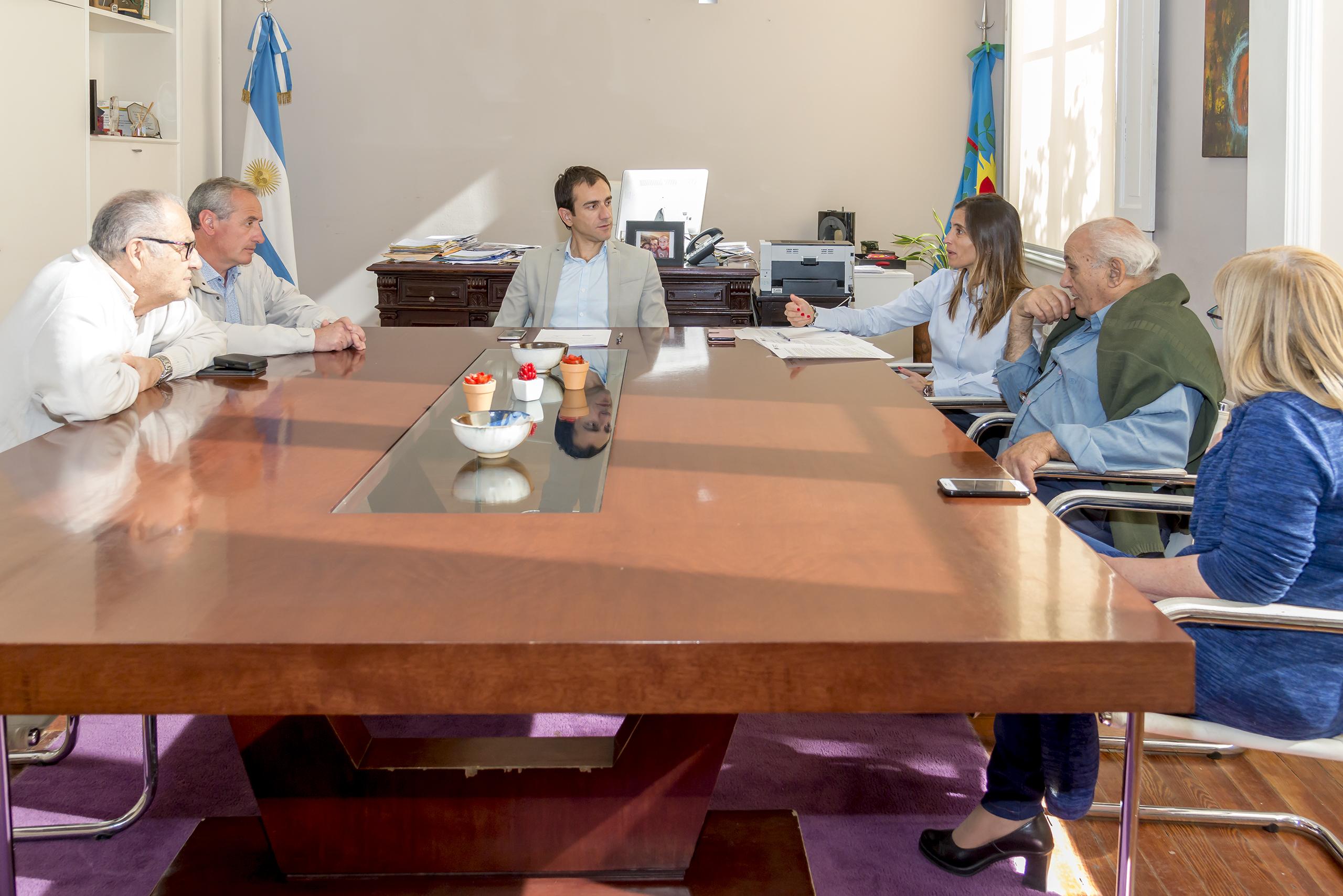 En la imagen se observa al Intendente Pablo Petrecca junto a funcionarios y dirigentes reunidos en el despacho municipal.