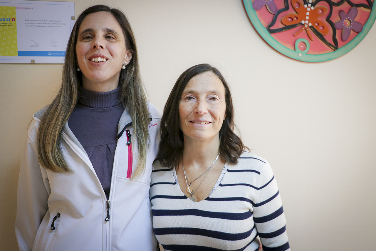 En la imagen se observa a la Dra. Karina Sánchez, titular de la dirección para personas con discapacidad y a la médica Rissolo, referente del proyecto infancia inclusiva.