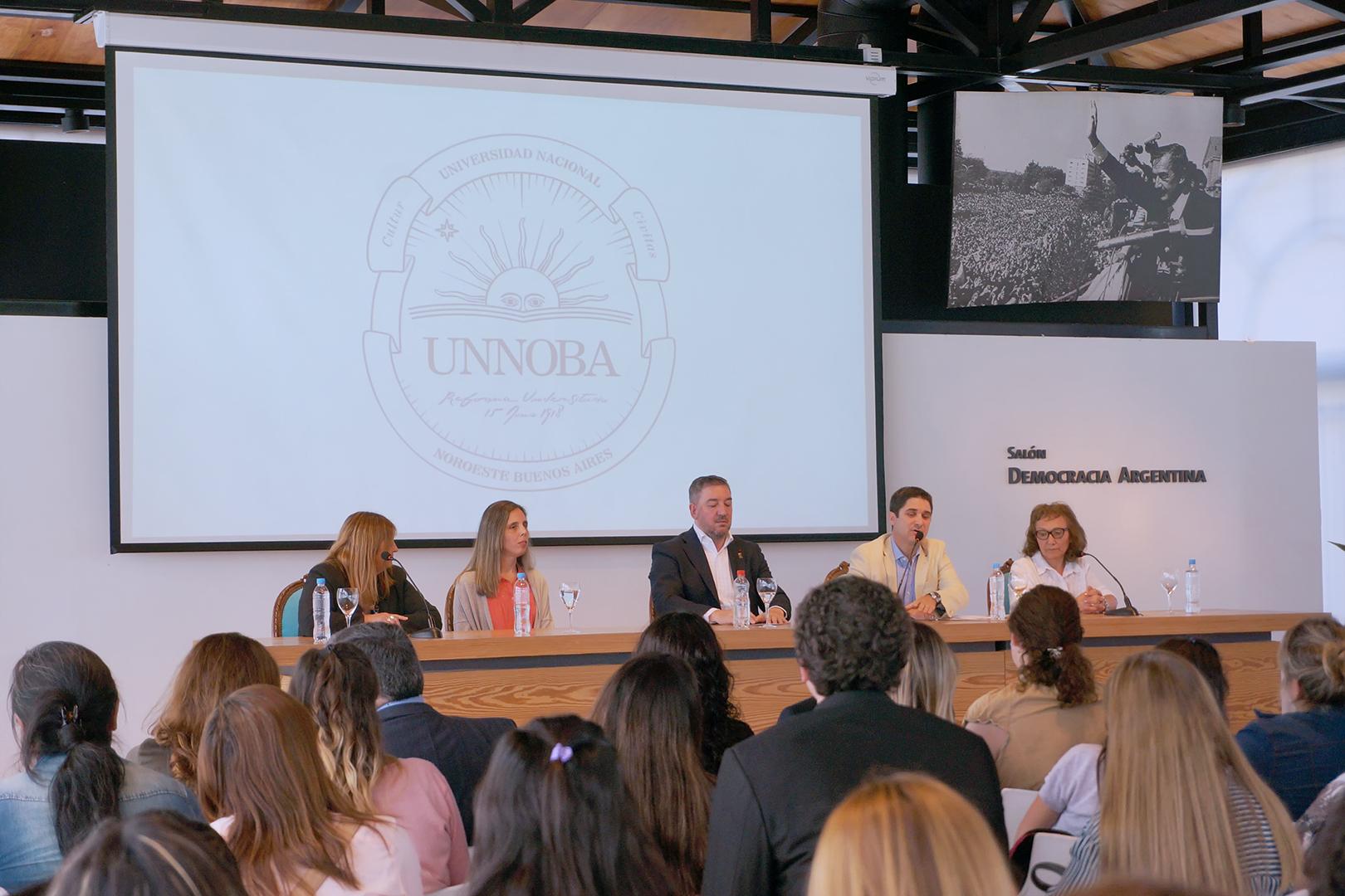 En la imagen se observa a autoridades educativas, municipales y de entidades intermedias en la apertura de la jornada.