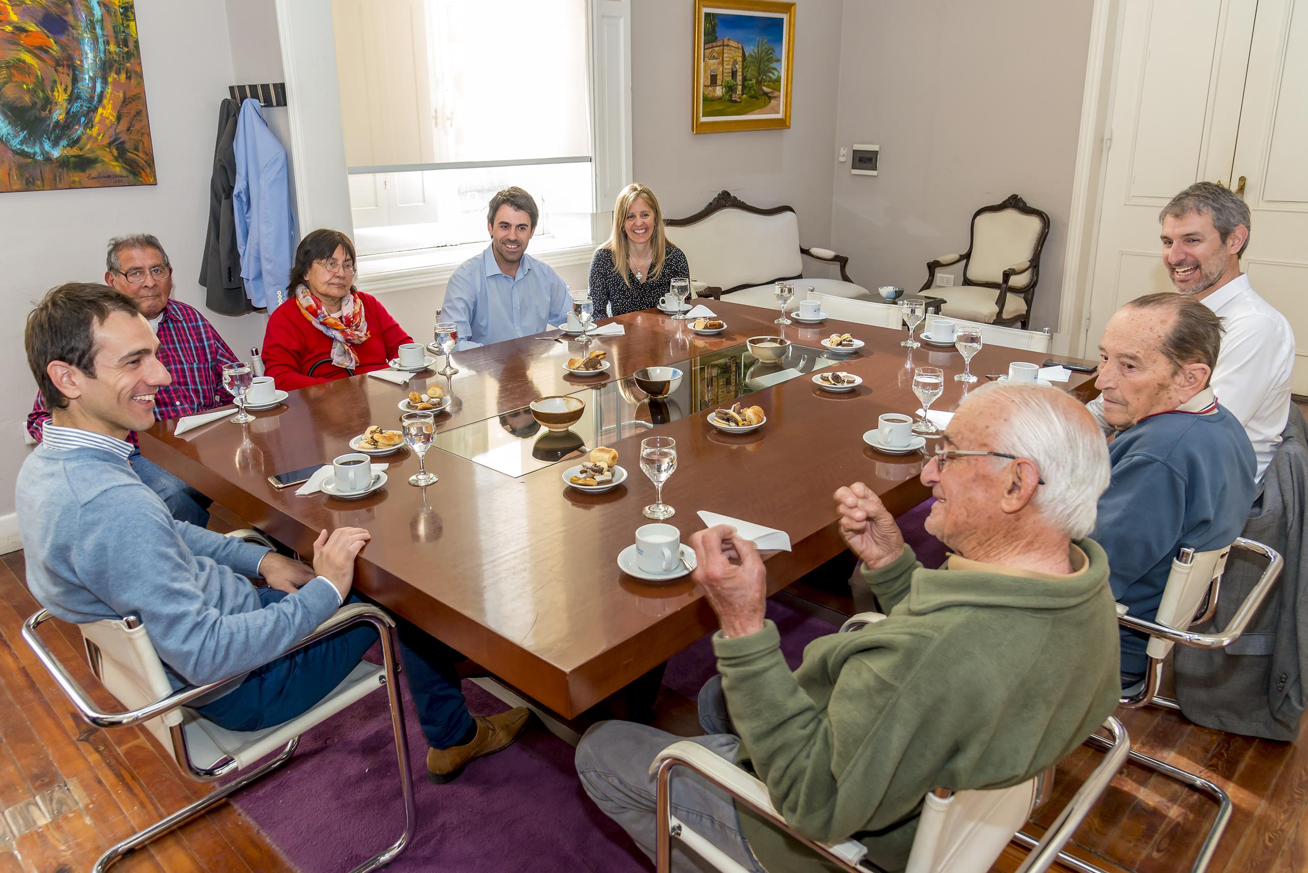 En la imagen se observa al Intendente Pablo Petrecca junto a los funcionarios municipales Juan Fiorini y Karina Barucca en un momento del desayuno. También participó el titular de Anses Junín, Walter Petrecca.