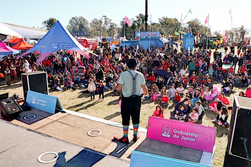 En la imagen se observa a niños que visitaron la expo disfrutando del programa Juntos a Jugar.