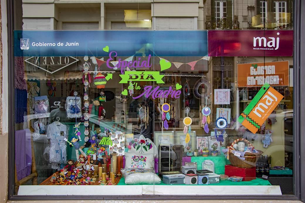 En la imagen se observa el frente del Mercado Artesanal de Junín con una amplia variedad de productos para el Día de la Madre.