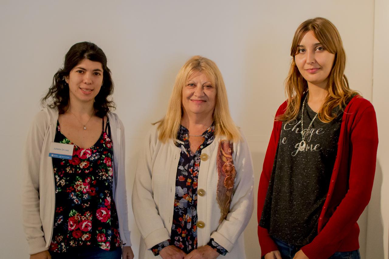 Las funcionarias de la dirección de cultura, Julieta Di Leo y Gimena Picchi junto a la artista Petela Cuadraccia