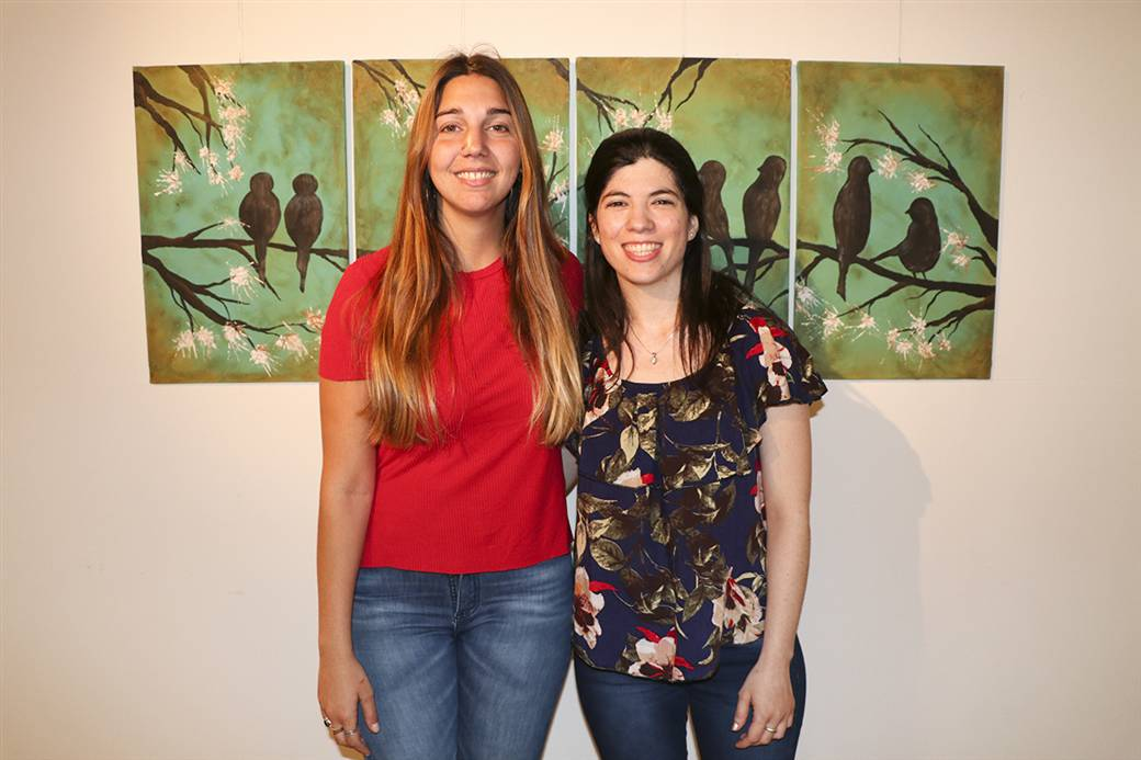 En la imagen se observa a Julieta Di Leo y Eugenia Herrero, integrantes de la dirección de cultura.