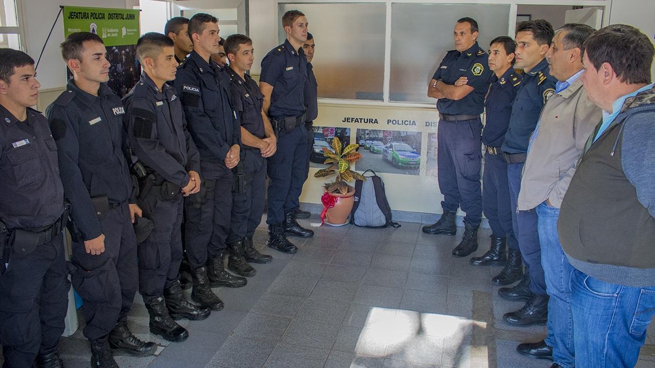 En la imagen se observa a autoridades municipales y de las fuerzas de seguridad prensentando a los efectivos que se suman al trabajo en Junín.
