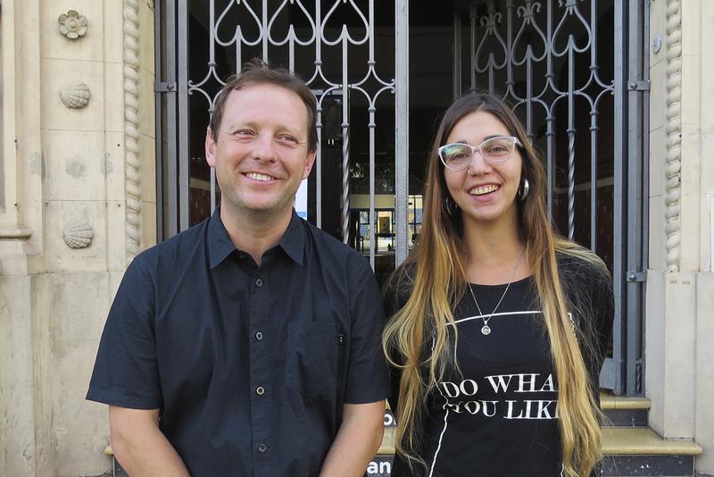 En la imagen se observa a Luis Bortolato, Director de Cultura junto a Eugenia Herrera.