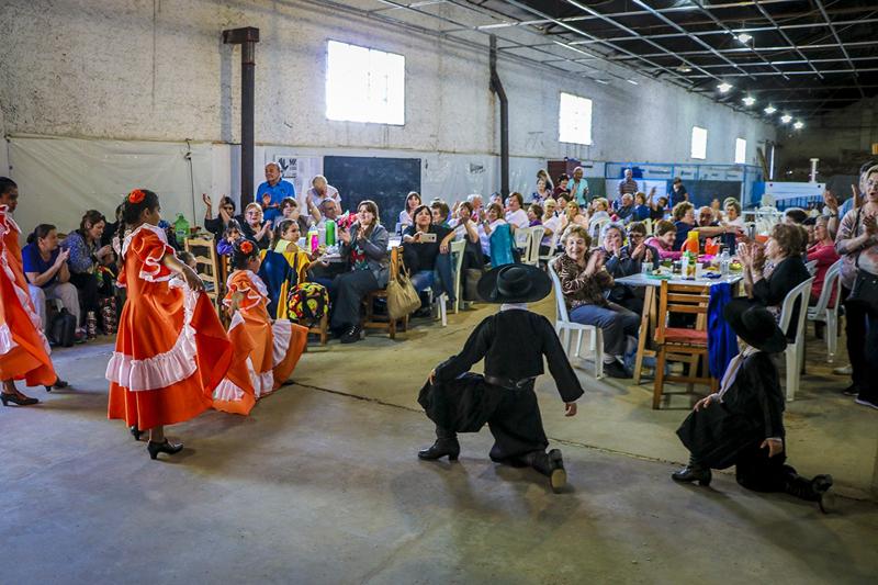 En la imagen se observa a los integrantes de Abuelos Conectados disfrutando de una nueva peña.