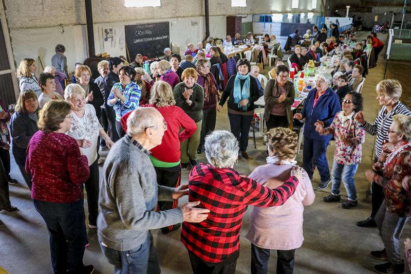 En la imagen se observa a los adultos mayores bailando y disfrutando de la peña mensual de Abuelos Conectados.