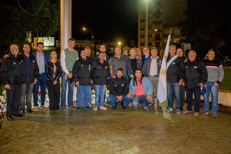 En la imagen se observa al Intendente Pablo Petrecca junto al senador nacional Esteban Bullrich junto a veteranos de Malvinas de nuestra ciudad.