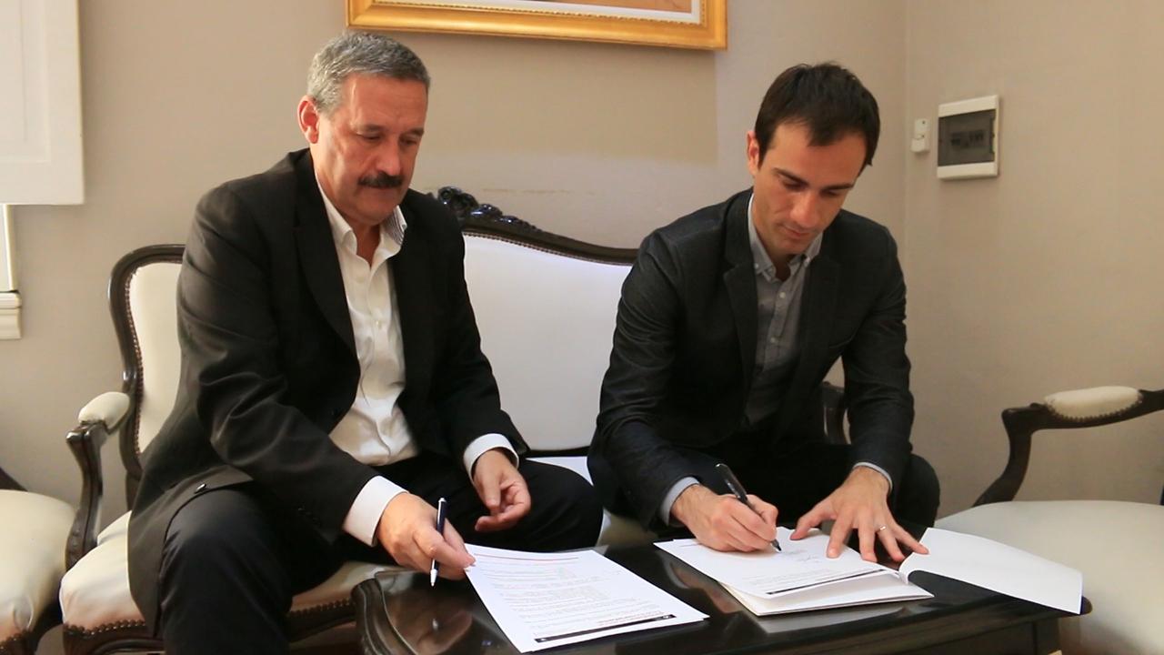 En la imagen se observa al Intendente Pablo Petrecca y a Euken Sesé Sarasti, de Fomento San Sebastián firmando un convenio.