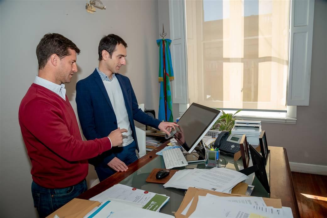 En la imagen se observa al Intendente Pablo Petrecca junto al secretario de modernización, Maximiliano Steffan, utilizando las nuevas herramientas relacionadas a la firma digital.