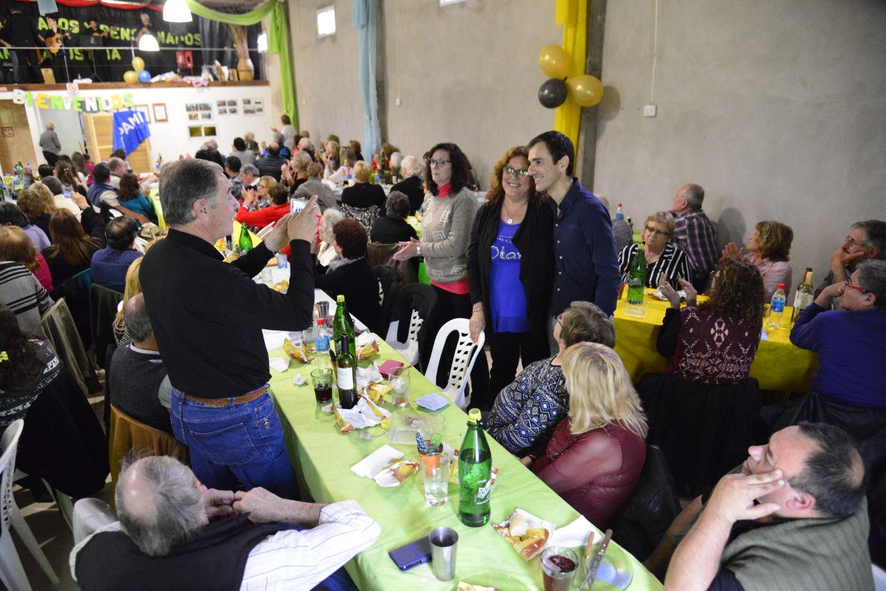 En la imagen se observa al Intendente Pablo Petrecca saludando a jubilados con quienes compartió un almuerzo en la localidad de Agustina.