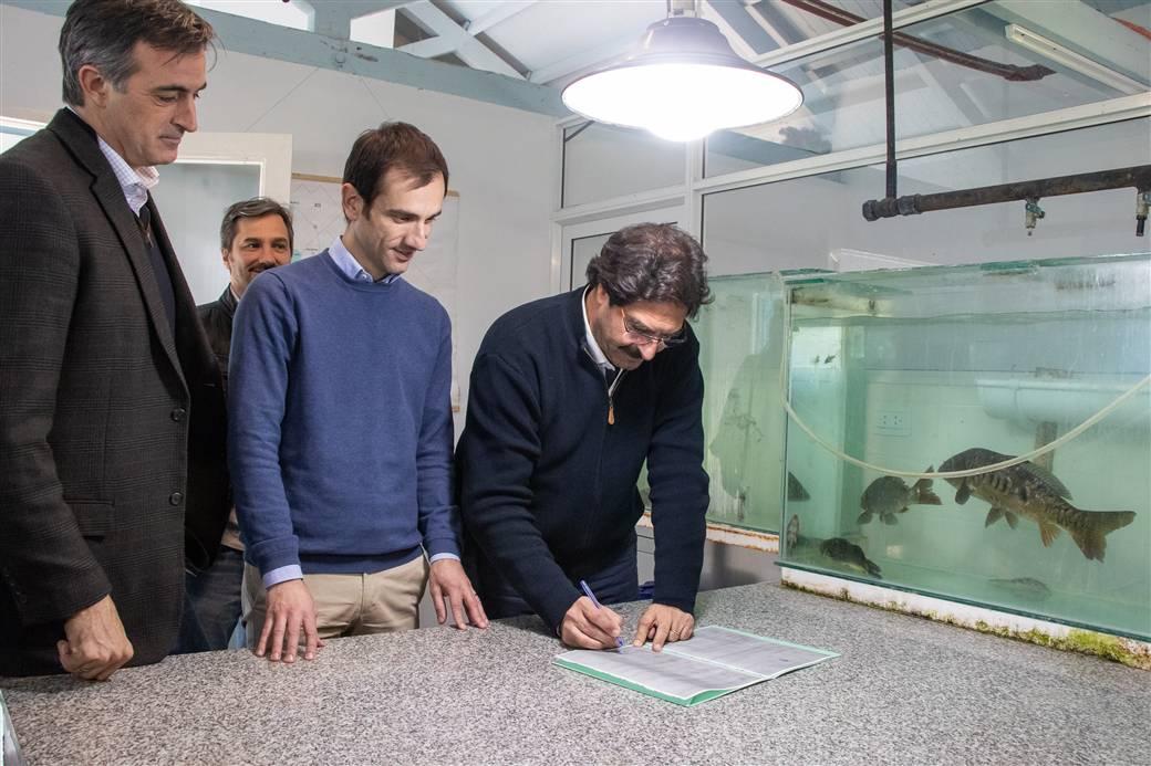 En la imagen se observa al ministro de agroindustria, Leonardo Sarquís, firmando la habilitación provincial junto al Intendente Pablo Petrecca y el senador nacional Esteban Bullrich.