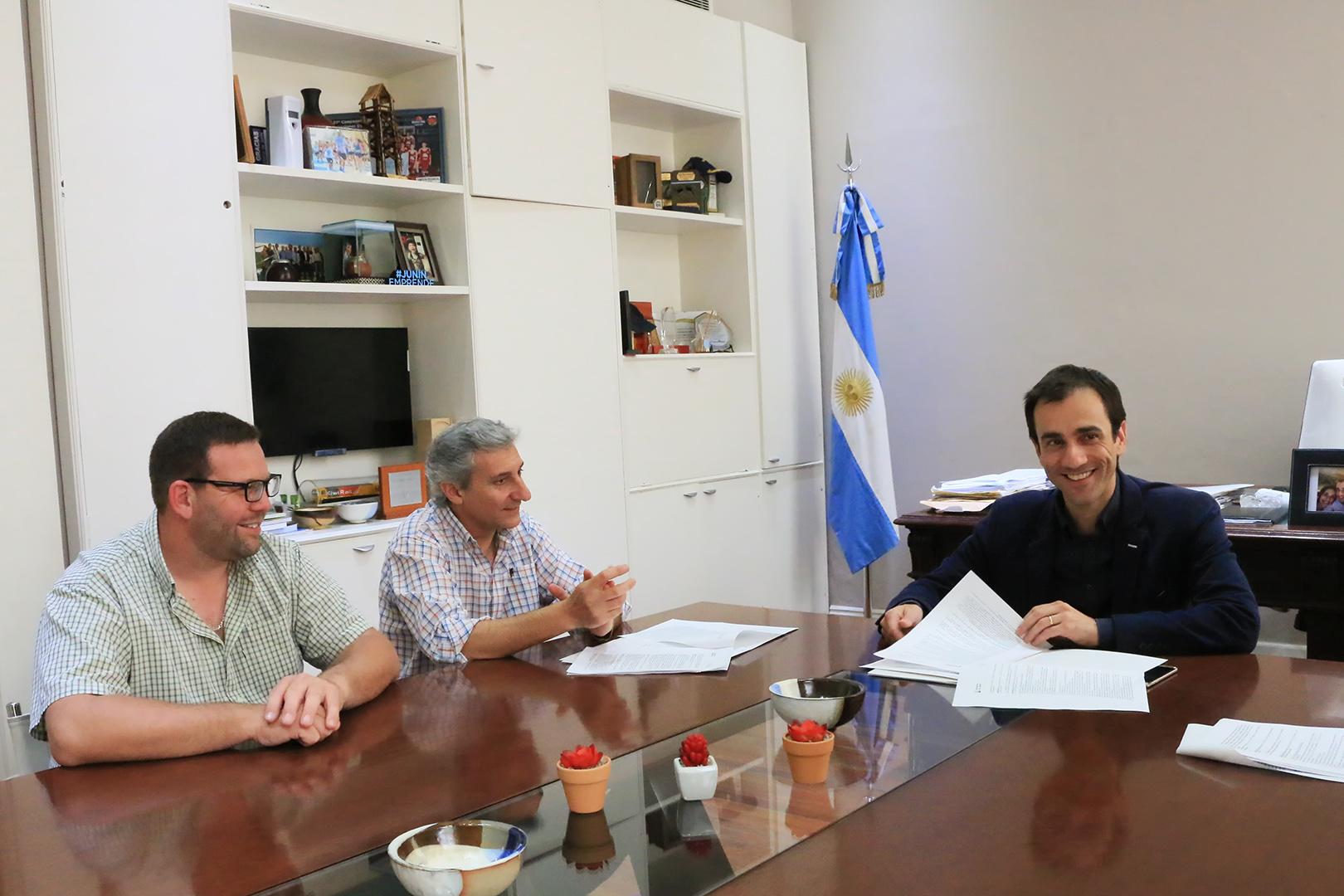 En la imagen se observa al Intendente Pablo Petrecca junto a los representantes del gremio de los trabajadores de obras sanitarias en un momento de la reunión que se llevó a cabo en el despacho municipal.