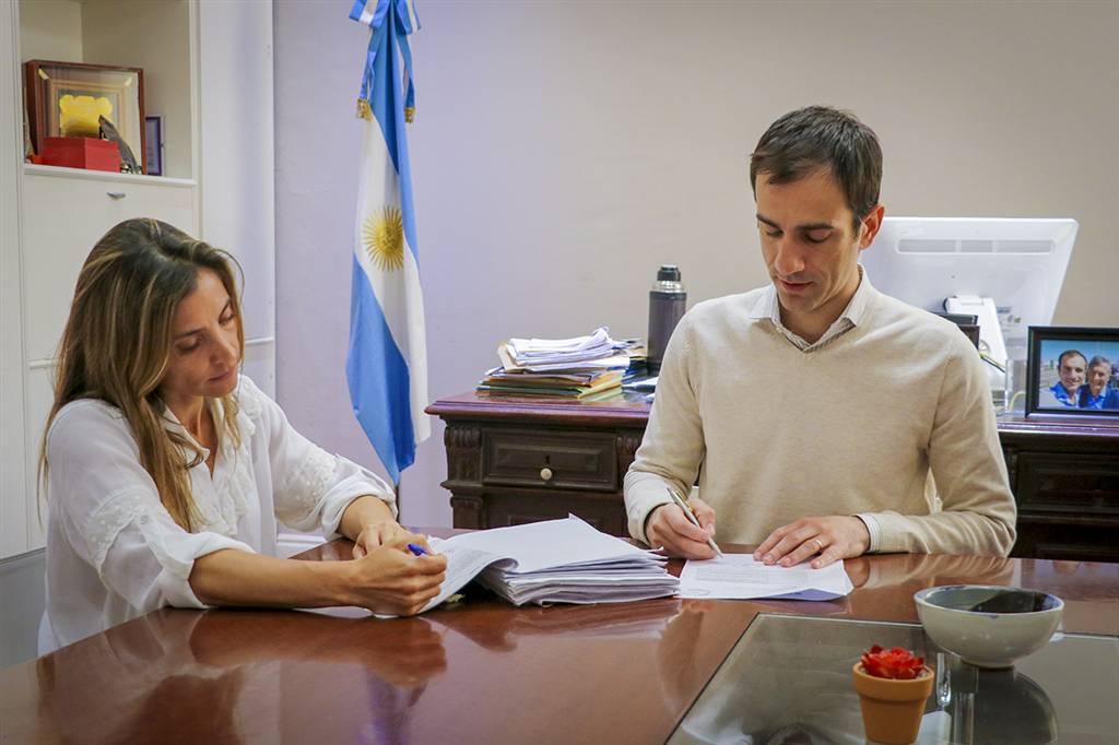 En la imagen se observa al Intendente Pablo Petrecca junto a la secretaria de gobierno, Agustina De Miguel, firmando el proyecto para ser elevado al Concejo Deliberante.
