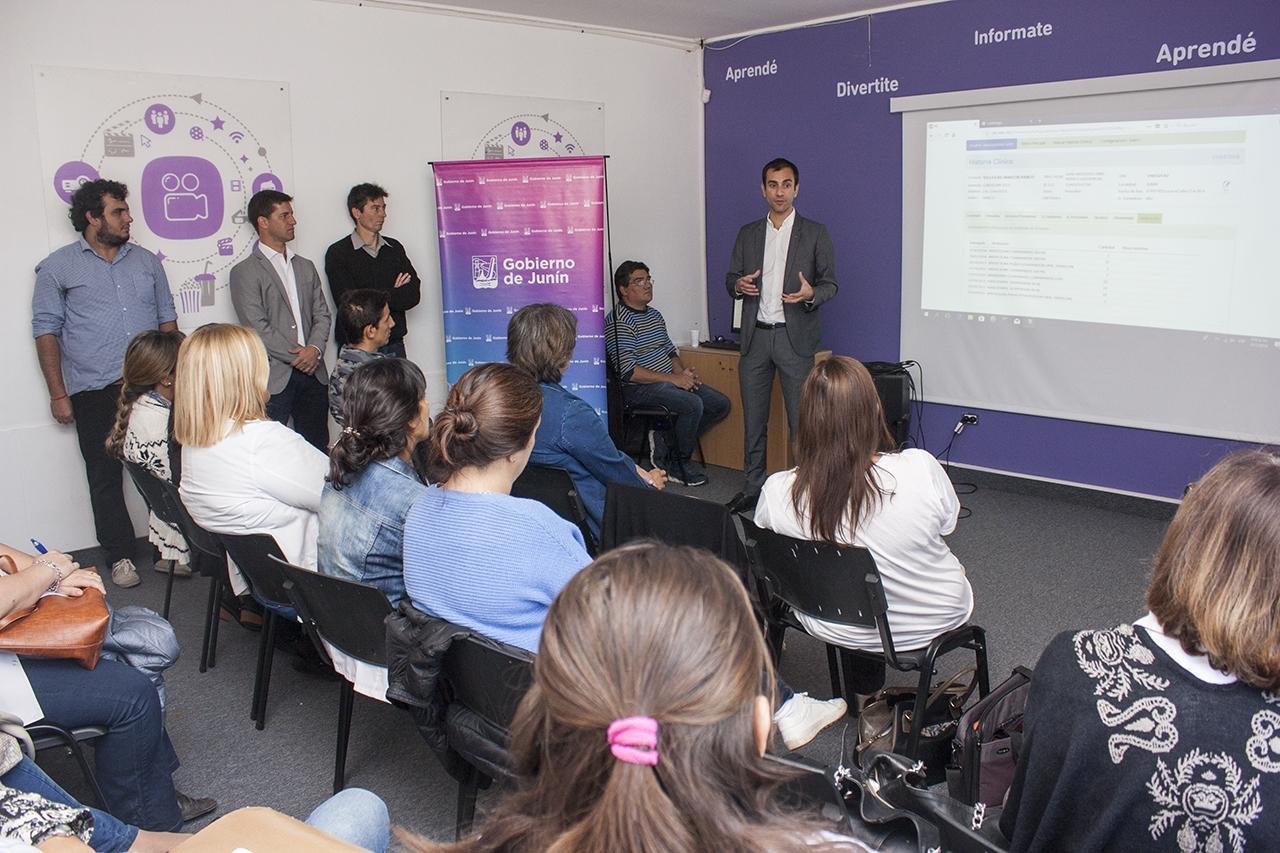 En la imagen se observa al Intendente Pablo Petrecca junto a profesionales y trabajadores de la salud informando sobre la puesta en marcha del servicio de historias clínicas digitales.