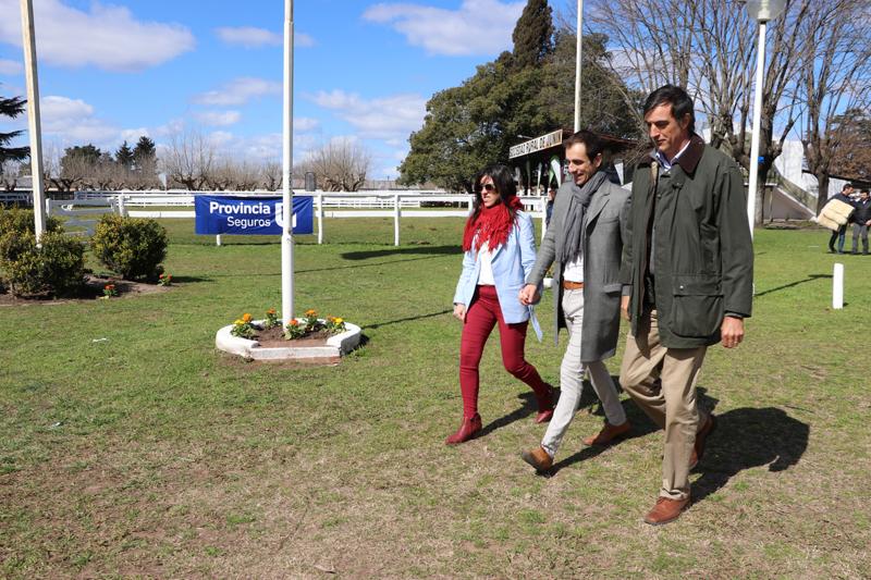 En la imagen se observa al Intendente Pablo Petrecca recorriendo la Expo Junín 2018 junto al Senador Nacional Esteban Bullrich.