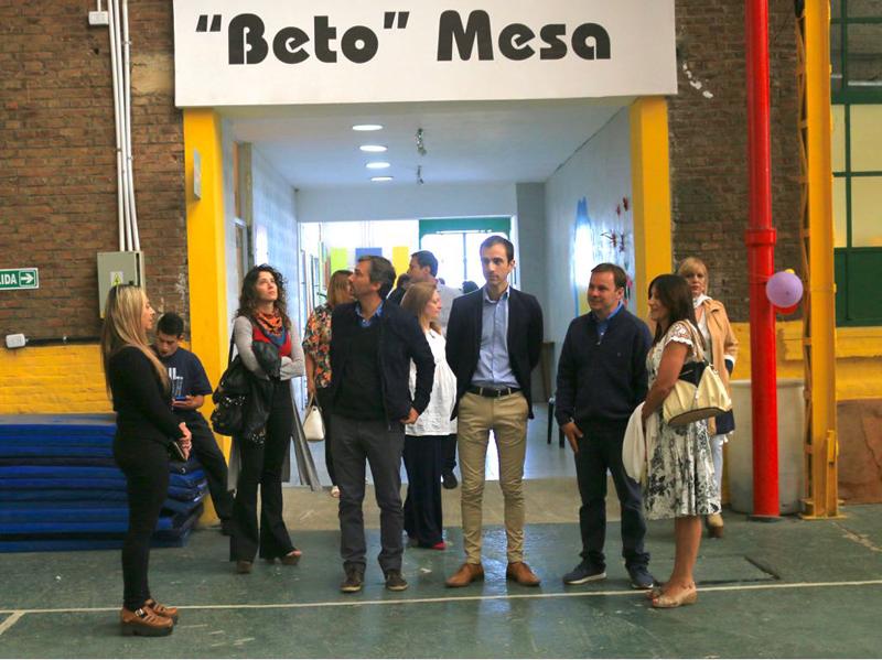 En la imagen se observa al Intendente Pablo Petrecca recorriendo las instalaciones del complejo polideportivo junto a familiares de Beto Mesa y funcionarios municipales.