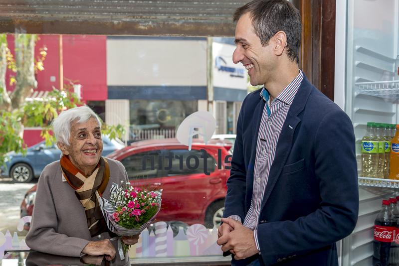 En la imagen se observa al Intendente Pablo Petrecca dialogando con Marta Piedecasas de Crossetti.
