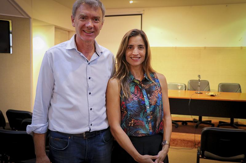 En la imagen se observa a la Dra. Agustina de Miguel, secretaria de gobierno, acompañada por el concejal Javier Prandi.