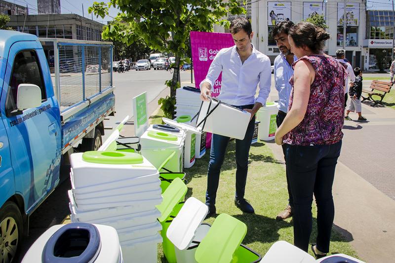 En la imagen se observa al Intendente Pablo Petrecca y a Perla Casella conociendo los cestos divisores de residuos que serán colocados en dependencias municipales.