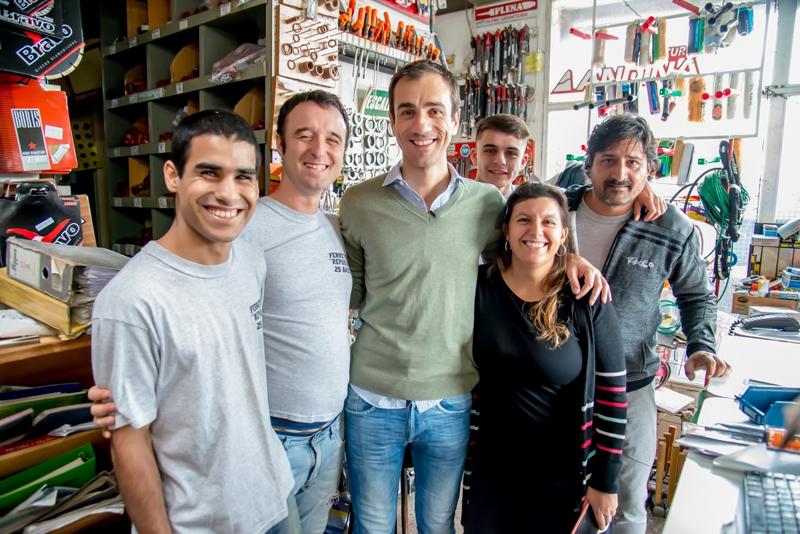 En la imagen se observa al Intendente Pablo Petrecca posando junto al beneficiario del programa de inserción laboral y titulares del comercio que se sumó a esta iniciativa.