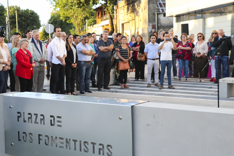 En la imagen se observa al intendente Pablo Petrecca junto a fomentistas y funcionarios en un pasaje del acto realizado por el Día del Fomentista.