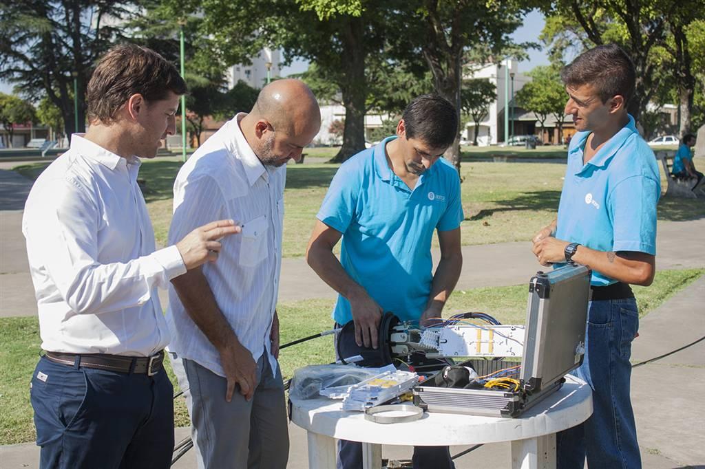 En la imagen se observa a Maximiliano Steffan y Pablo Torres supervisando las tareas que realizan operarios de Acerca.