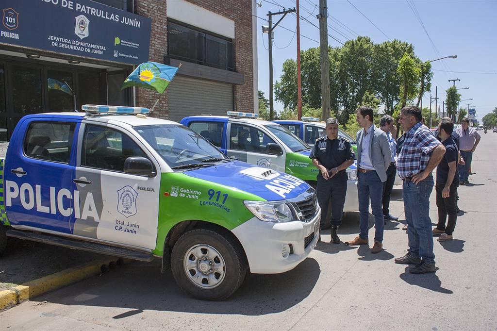 En la imagen se observa al Intendente Pablo Petrecca junto al secretario de seguridad Fabián Claudio y jefes policiales observando los patrulleros que fueron reparados a nuevo.