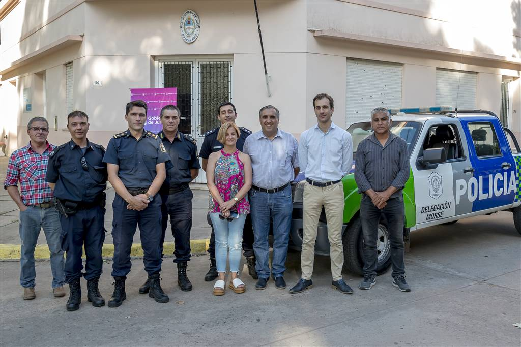En la imagen se observa al Intendente Pablo Petrecca junto a funcionarios municipales, la delegada de la localidad, Matilde Calaza y autoridades policiales posando junto al móvil entregado al destacamento de Morse.
