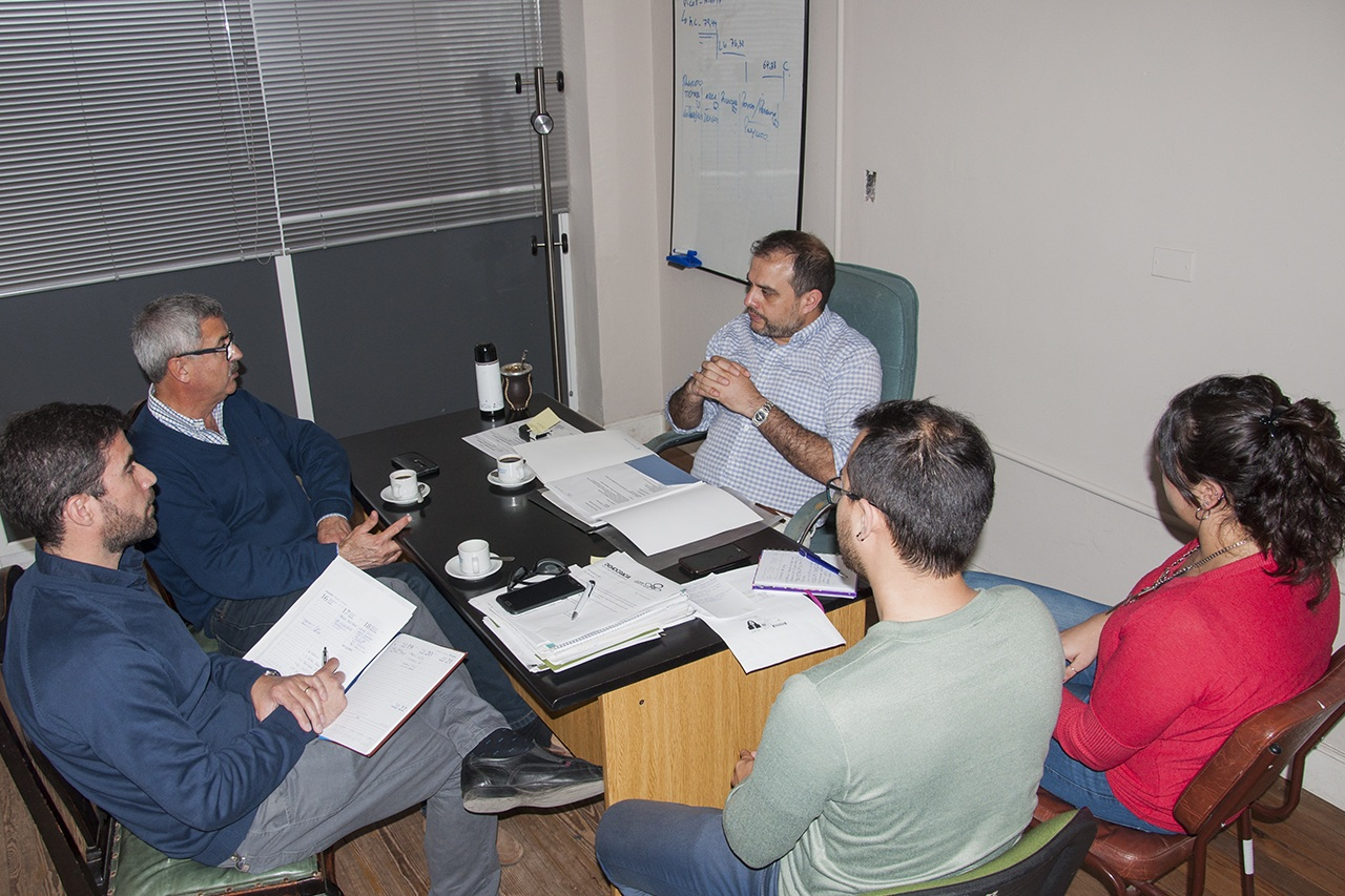 En la imagen se observa al titular de la oficina de defensa del consumidor en la reunión con autoridades de Eden.