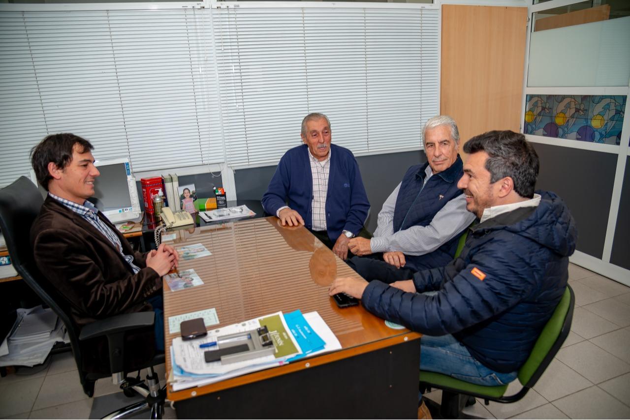 En la imagen se observa al Ctador. Ariel Diaz junto a los representantes de la entidades agropecuarias que participaron de la reunión.