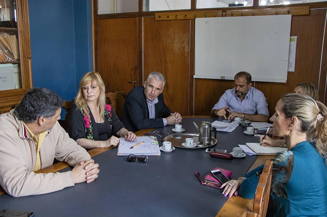 En la imagen se observa al Dr, Fernando Scanavino encabezando la reunión junto al gerente del banco Industrial, concejales y Patricia Ramirez de Adultos Mayores.