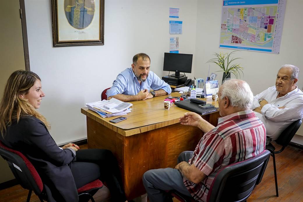 En la imagen se observa al Dr. Fernando Scanavino, de la OMIC, a Clara Bozzano, delegada de la defensoria del pueblo de la provincia de Buenos Aires y a los fomentistas Osvaldo Giapor y Jorge Libonatti.