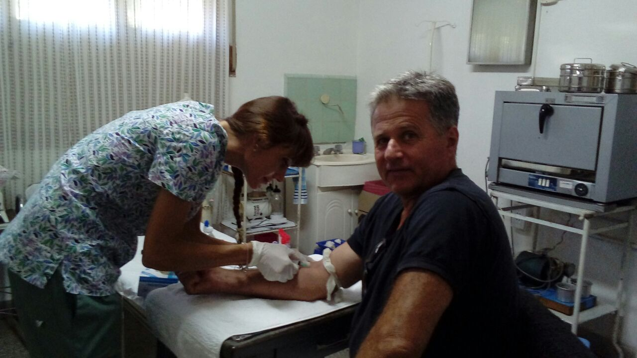 En la imagen se observa a un vecino de Junín en el momento cuando se le extrae sangre en una de las unidades sanitarias donde se brinda ese servicio.