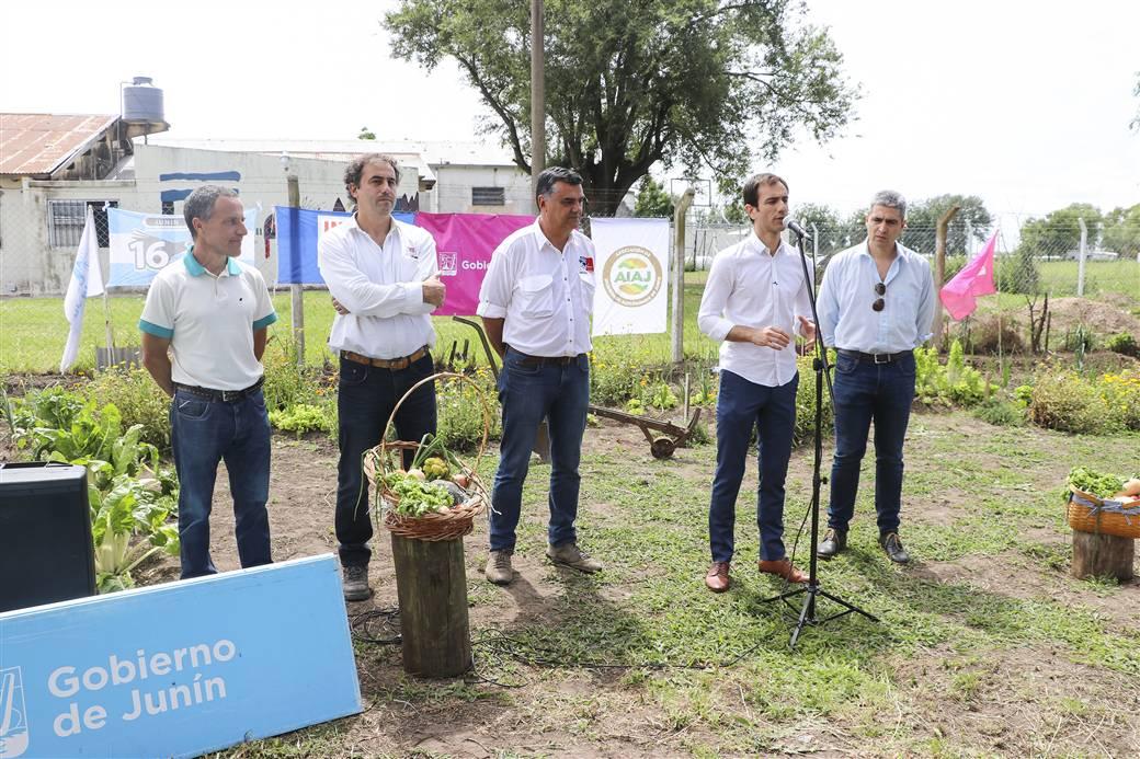 En la imagen se observa al Intendente Pablo Petrecca acompañado por dirigentes que participan de la iniciativa Huertas Urbanas