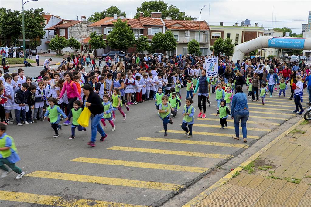 En la imagen se observa a cientos de alumnos de escuelas públicas y privadas disfrutando de la segunda maratón inclusiva Todos Somos Uno.